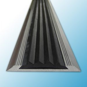 SA1 - Алюминиевая противоскользящая накладка на ступени с черной резиновой вставкой